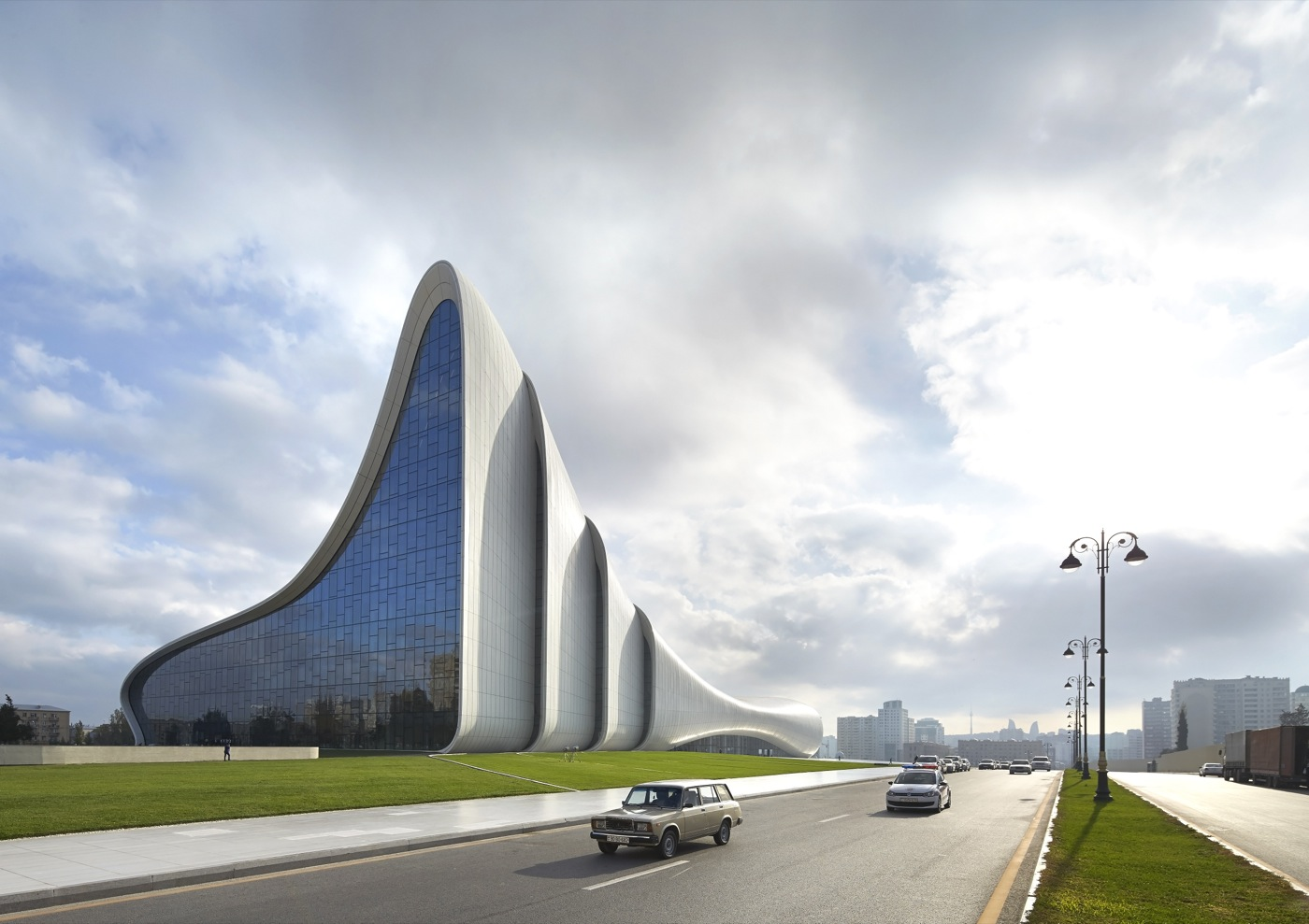 Arch2O-Zaha-Hadid-Heydar-Aliyev-Center-HAC_Exterior_Photo-by-Hufton+Crow-10